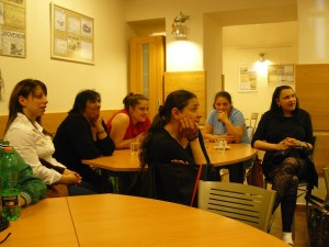 Romské ženy se účastní kurzu KEYROMA